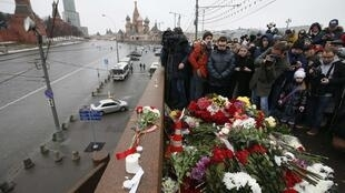 2015年2月28日莫斯科有幾百人來到反對派領袖涅姆佐夫被謀殺的橋上獻花悼念。