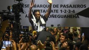 Le footballeur Emmanuel Adebayor, salue les fans de football du Paraguay Olimpia à son arrivée à l'aéroport Silvio Pettirossi le 14 février 2020 à Luque, au Paraguay.