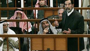 El expresidente iraquí Sadam Husein durante el juicio en su contra, Bagdad, 1 de marzo de 2006.