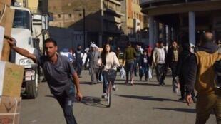 A iraquana Marina Jaber divulga nas redes sociais imagens de seus passeios de bicicleta pelas ruas de Bagdá