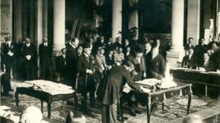 A Sèvres, près de Paris, Reza Tofik Bey, président du Conseil turc, signe le traité le 10 août 1920.
