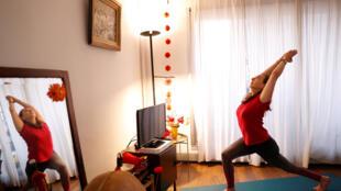 Giáo viên Yoga người Pháp Nadege Lanvin hướng dẫn tập quan mạng trong thời gian trung tâm  Yoga & Co tại Paris đóng cửa. Ảnh chụp ngày 18/03/2020 tại Paris.