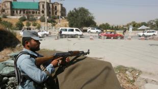 Афганский полицейский на месте похищения иностранных преподавателей в Кабуле