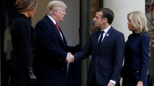 11月10日,法國總統馬克龍和夫人在愛麗舍宮迎接美國總統特朗普和夫人。