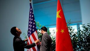 Cờ Mỹ và Trung Quốc tại cuộc họp thưởng đỉnh G20, Hamburg, Đức, ngày 08/07/2018.