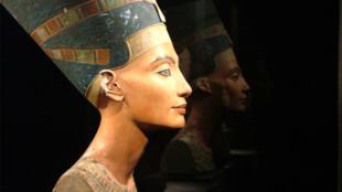 busto da rainha egípcia Nefertiti encontrado em 1912 por uma expedição arqueológica alemã.