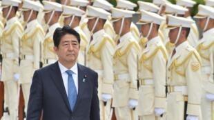 O Primeiro-Ministro , Shinzo Abe, passa  em revista a guarda de honra no Ministério da Defesa do Japão.Tóquio.12 de Setembro de 2016