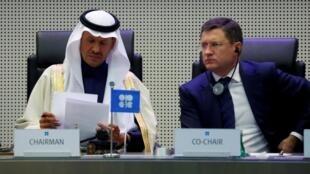 Le ministre de l'Énergie de l'Arabie saoudite, le prince Salmane ben Abdelaziz Al Saoud, et le ministre russe de l'Énergie, Alexander Novak, lors d'une réunion OPEP-non OPEP à Vienne, le 6 décembre 2019.