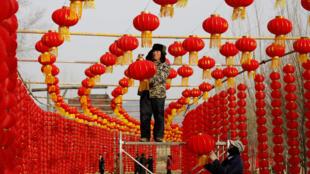 Trabajadores instalan linternas rojas con motivo de la fiesta del Nuevo año lunar en China, donde el festival de primavera es una de las atracciones turísticas en Linyi, provincia de Shandong,  enero de 2018.