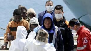 Des migrants contrôlés à leur arrivée au port de Palerme, le 15 avril 2015.