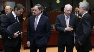 O ministro das Finanças da França, François Baroin, o presidente do Banco Central Europeu, Mario Draghi, o presidente do Banco de Investimento Europeu, Philippe Maystadt, e o premiê italiano, Mario Monti, durante encontro em Bruxelas nesta quarta-feira.