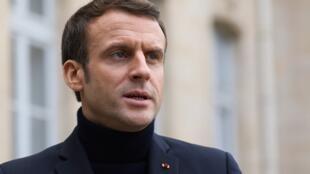 O presidente francês Emmanuel Macron em frente ao palácio do Eliseu, em dezembro.