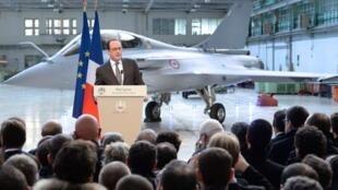 លោកFrançois Hollande និងយន្តហោះរ៉ាហ្វាល់ ថ្ងៃទី ១២ កុម្ភៈ ២០១៥