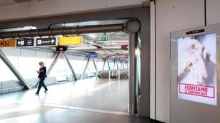 Une pancarte indiquant: «Nous arrêtons le virus corona» est représentée à l'aéroport de Rome Fiumicino, le troisième jour d'un blocage sans précédent dans toute l'Italie imposé pour ralentir l'épidémie de coronavirus, à Rome, en Italie, le 12 mars 2020.