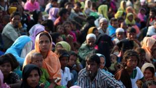 Des réfugiés rohingyas attendent de l'armée bangladaise l'autorisation de poursuivre leur route après avoir traversé la frontière, le 25 octobre 2017 (image d'illustration).