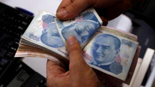 Đồng tiền Thổ Nhĩ Kỳ Lira đang bị mất giá mạnh vì đòn tấn công thương mại của Mỹ. Ảnh chụp ngày 02/08/2018 tại Istanbul.