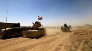 Tanques do contraterrorismo iraquiano se movimentam nos combates contra os jihadistas do EI em Tal Afar.