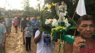 Procissão católica no Parque das Tribos, na periferia de Manaus