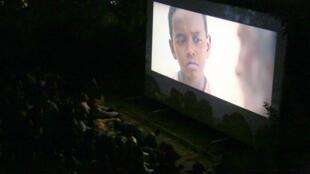 Le public est captivé lors de la projection de courts-métrages au «Sudan Film Festival».