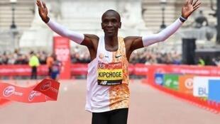 Le Kenyan Eliud Kipchoge, vainqueur du marathon de Londres en établissant le nouveau record de la course, dimanche 28 avril 2019.