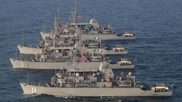 Manobras dos navios Avenger, USS Devastator (MCM 6), USS Gladiator (MCM 11), USS Sentry (MCM 3), USS Dextrous (MCM 13), o destroyer de mísseis guiado da classe Arleigh Burke,  no Mar Arábico, 6 de julho de 2019.