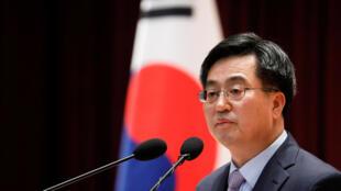 Bộ trưởng Tài chính Hàn Quốc  Kim Dong-Yeon bị cách chức ngày 09/11/2018.