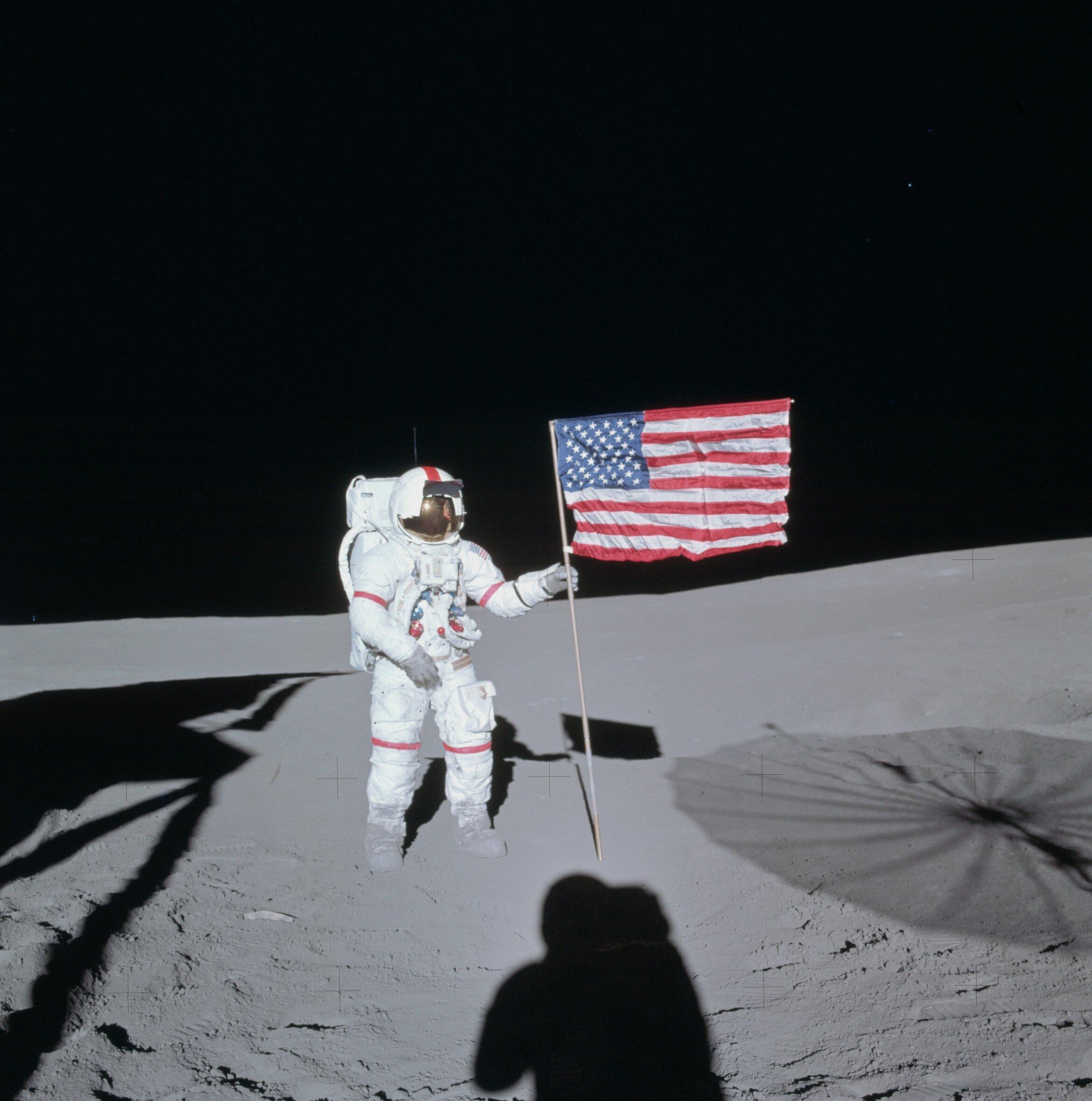 Alan B. Shepard de la mission Apollo 14 ici devant le drapeau américain a aussi eu l'occasion de jouer au golf sur le sol lunaire.