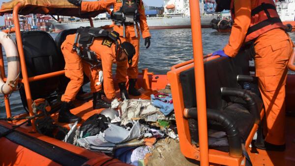 Os membros da equipe de resgate da Indonésia coletam destroços do voo JT610 da Lion Air, que caiu no mar, no porto de Tanjung Priok, em Jacarta, na Indonésia, em 29 de outubro de 2018.