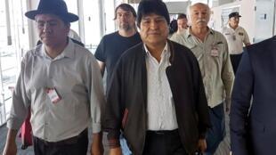 Evo Morales em sua chegada a Buenos Aires e ganha status de refugiado sob Fernández, dois dias após a sua posse, em 12 de dezembro de 2019.