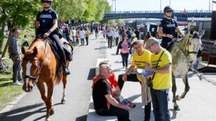 Policiais patrulham nas ruas de Lyon durante a distribuição de plafetos feita por patidários do candidato Emmanuel Macron.