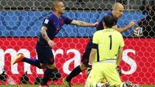 Sneijder e Robben, os dois atacantes holandeses, deixaram o goleiro Casillas de joelho