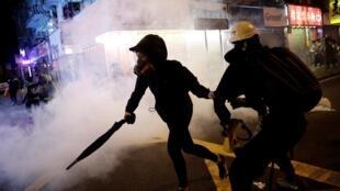 Центр Гонгонга в субботу, 1 ноября, снова напоминал поле битвы