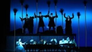 "Cena da montagem de ""Peter Pan"" dirigida por Robert Wilson no Berliner Ensemble."
