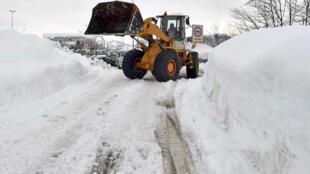 Escavadeira retira neve de estrada na região de Abruzzo, atingida pela avalanche