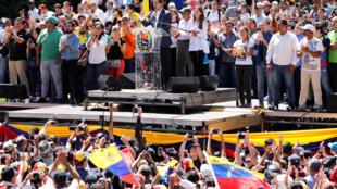 Juan Guaidó durante manifestação nesta terça-feira (12).