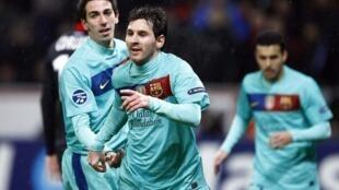O argentino Lionel Messi comemora seu gol contra o Bayern LeverKusen nesta terça-feira, 14 de fevereiro.