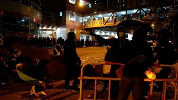 Hong Kong: des affrontements ont eu lieu dimanche soir dans un quartier où le gouvernement envisage de loger les personnels des hôpitaux.