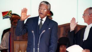 1994 г. - Нельсон Мандела принимает присягу при вступлении в должность президента ЮАР
