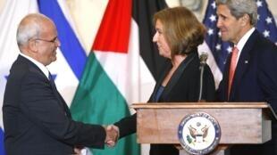 Saeb Erakat (e) cumprimenta a negociadora israelense Tzipi Livni em Washington, no início das tratativas de paz