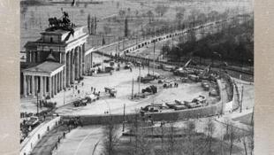 Cổng thành Brandenburg Gate và Bức tường Berlin chụp từ trên cao, tháng 7/1973.