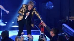Le chanteur Rod Stewart en concert en Californie, en 2018.