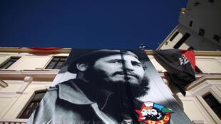 Khi Fidel Castro còn sống, hình ảnh của lãnh tụ Cuba có mặt khắp nơi trên đất nước. Trong ảnh, một tòa nhà treo ảnh Fidel Castro thời trẻ, La Habana, 11/08/2016.