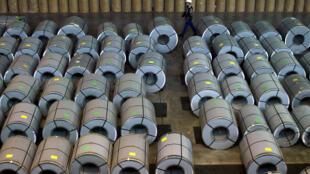 Sản phẩm thép cán, một trong những mặt hàng tranh chấp thương mại chủ yếu giữa Bắc Kinh và phương Tây. Ảnh chụp 11/2003 kho hàng xuất khẩu của Shanghai Krupp Stainless Co.Ltd.