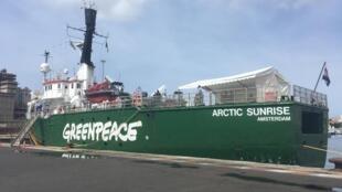 Le brise-glace de l'ONG Greenpeace -l'Arctic Sunrise- à l'étape de Dakar. Dr.Ibrahima Cissé, responsable de la campagne « Océans » pour Greenpeace Afrique lance  une alerte sur les usines de farines de poisson en Afrique.