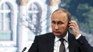 O presidente da Rússia, Vladimir Putin, falando a líderes empresariais estrangeiros e russos em uma conferência econômica na cidade de São Petersburgo, para estabelecer novos planos para combater a crise econômica da Rússia.