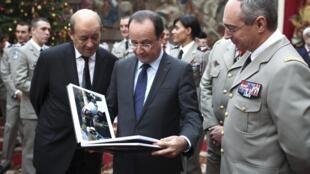 Франсуа Олланд и министр обороны Жан-Ив Ле Дриан во время приема воинов-афганцев в Елисейском дворце 21/12/2012