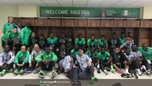 L'équipe nationale nigériane des Super Eagles a fait sensation à son arrivée et ses maillots, créés par des stylistes nigérians, s'arrachent.