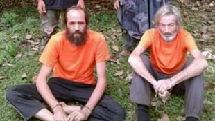 Con tin người Canada Robert Hall (P) và Nauy Kjartan Sekkingstad (T) xuất hiện trên báo địa phương, tại đảo Jolo thuộc miền Nam Philippines.