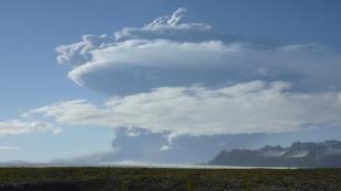 Облако пепла поднимается от исландского вулкана Гримсвотн