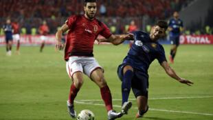 Walid Azaro (G) d'Al Ahly face au défenseur de l'Espérance de Tunis Chamseddine Dhaouadi, le 2 novembre 2018 à Alexandrie.